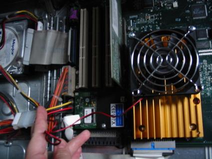 将风扇的电源线连接到12v的闲置电源接口上.