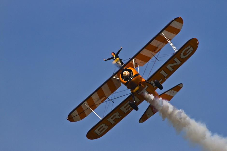 记录飞机翅膀上表演的美女