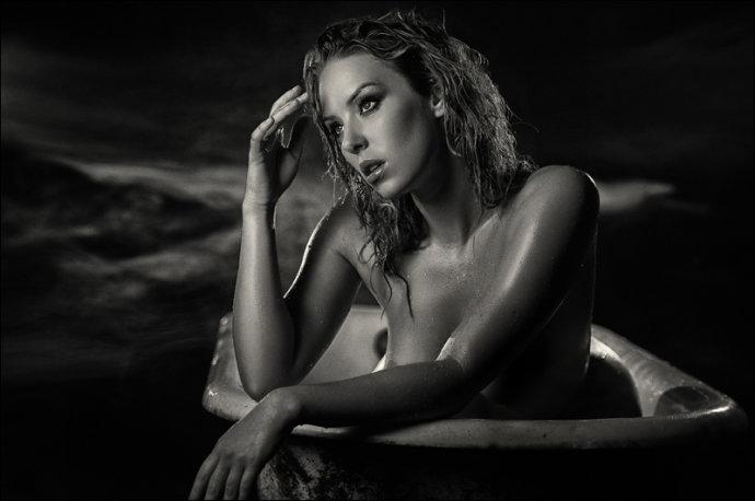 沐浴中的美女:摄影师拍浴盆中的人像套图 第25张