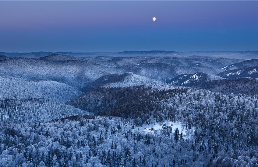 冬天是一个生命轮回结束的时候,万物凋零,满目萧索,这个时候总是让人情绪低落。幸亏,上帝在收走了所有的生命迹象的时候,又赐予了大地一个神奇的精灵雪。一场大雪之后,原本没有任何景致的大地变得晶莹剔透,恍如童话梦境,洁白纯粹。试想一下,如果冬天没有了雪,那将是一件多么可惜的事情。   雪景是冬天主要的拍摄题材,中国也有很多可以拍摄雪的地方。再往纬度更高的地方,冬天时间更长,雪景会更加动人。让我们跟随线面的42张大图,看看国外摄影师镜头下记录的美丽雪景吧。