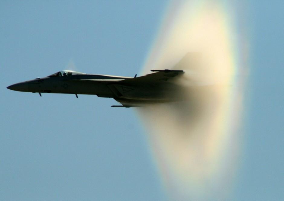 在飞机预计突破音障时在计算出的方向拍摄无数次而成