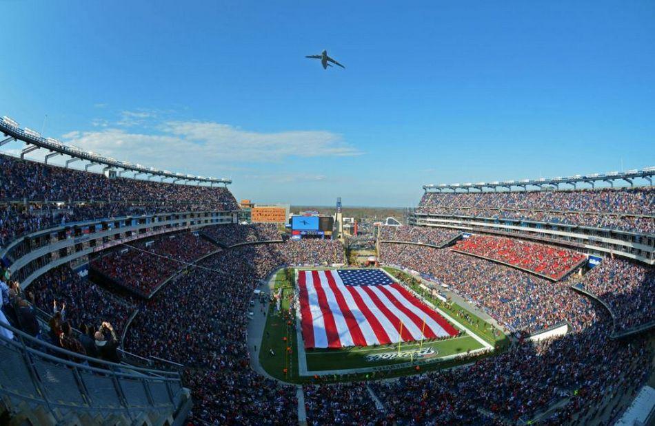 2012年11月11日,在美式足球比赛开球前,一架C