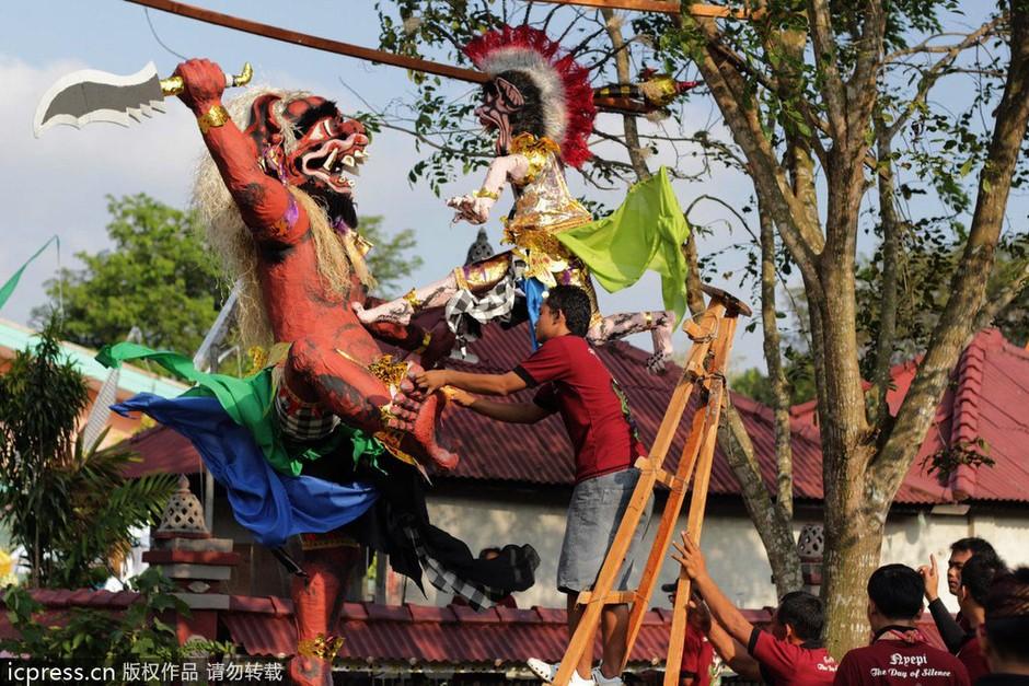 美女恶魔齐游街 印尼巴厘岛迎来静居日套图-第