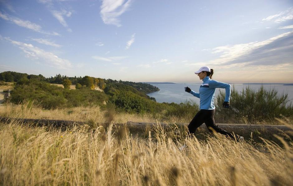 在普吉特海湾跑步的女人,美国,西雅图。-遇上西