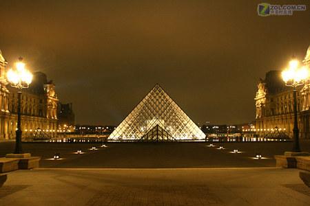 卢浮宫的金字塔