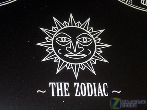 如符号化的十二星座标志,神殿上的罗马柱,太阳神的图腾等,充满异域的