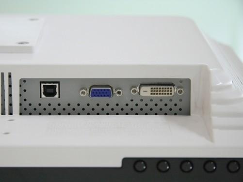 日前,日本的it市场上出现了一种usb/d-sub接口转换器——