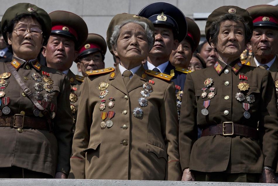 已退休的朝鲜军人在典礼上表情庄重,令人肃然