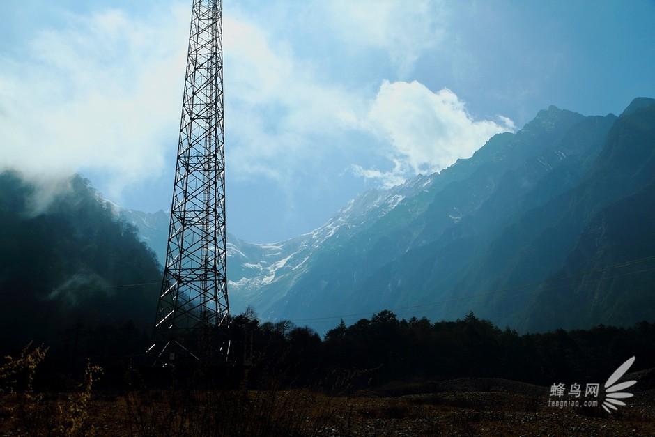 而让眼光顺着参天矗立的电塔放送到蓝天白云雪山之巅