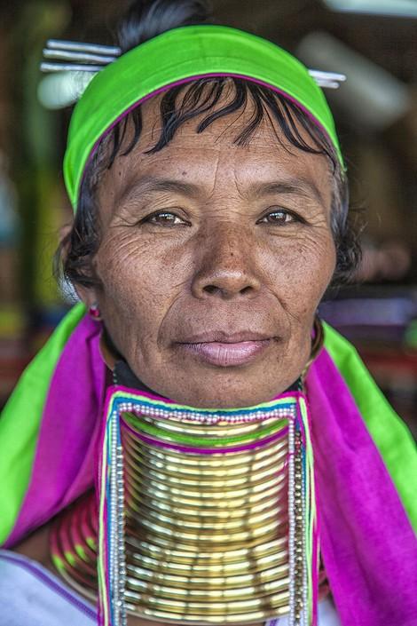 她准备带着手工制作的首饰和编织袋去集市,游客们喜欢这些手工制品.