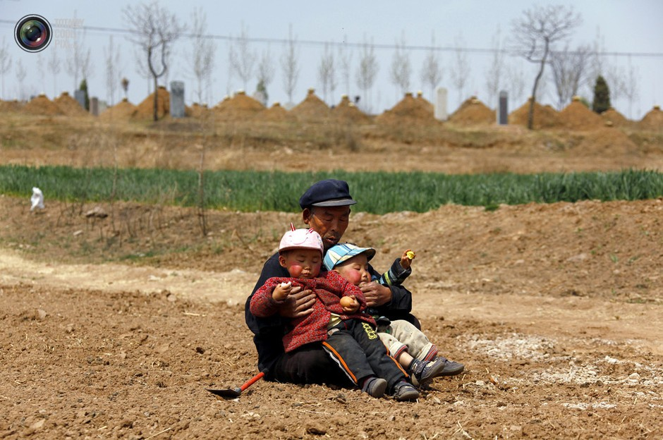 山东潍坊,一名老者抱着俩孙子坐在地头休息- 深瞳渊源,品味经典!