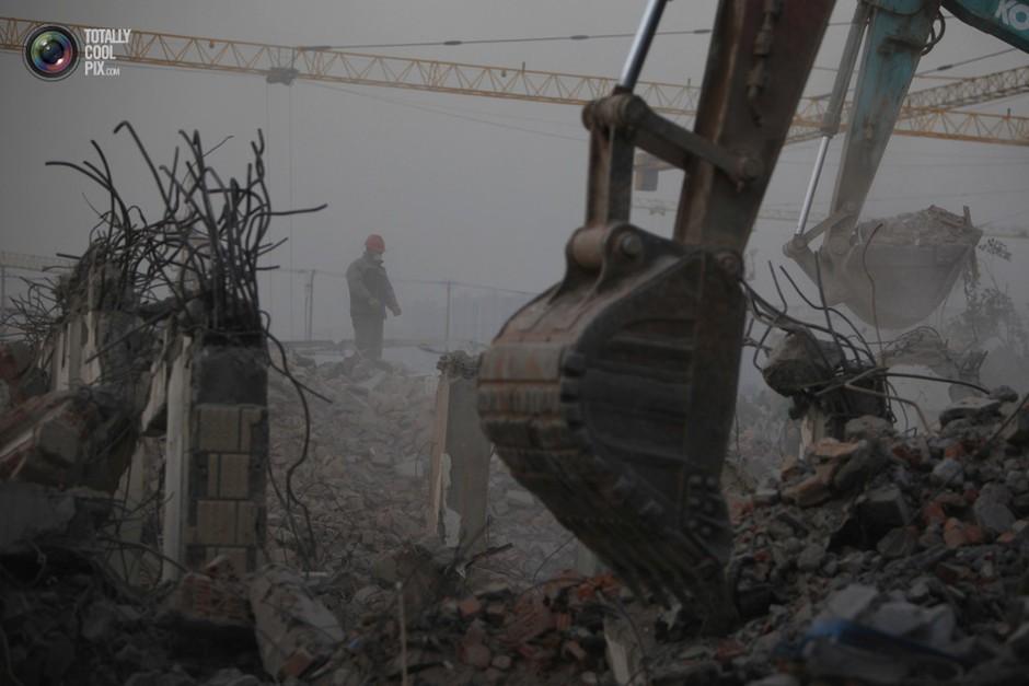 上海的一处建筑工地上,一名工人站在废墟上- 深瞳渊源,品味经典!
