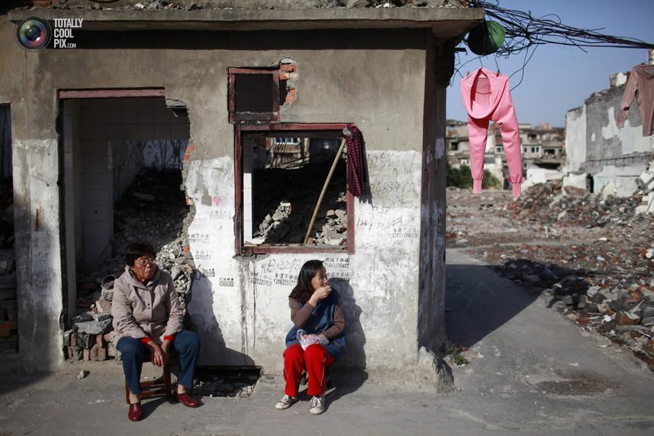 上海,妇人们闲坐房前,她们的身旁是一片拆迁地- 深瞳渊源,品味经典!