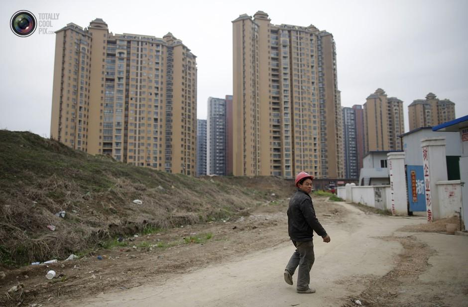 武汉,一名工人走在居民区附近的工地上- 深瞳渊源,品味经典!