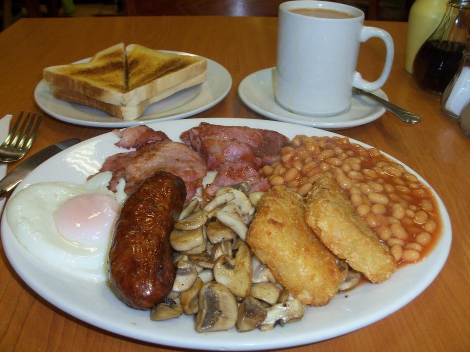 当国人还在为豆腐脑是应该放糖还是放盐而争论不休的时候,外国人一顿丰盛豪华的早餐已经下肚,鸡蛋、火腿、熏肉、奶酪、面包蛋挞看看这些,煎饼果子、鸡蛋灌饼什么的简直弱爆了。  下面50张照片,展示了来自50个国家的典型的早餐,看看外国人每天早餐都吃些什么,你最想要吃到哪一款呢?