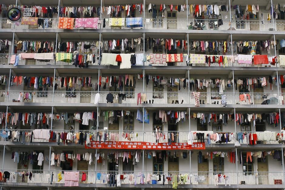 武汉,一所学校学生公寓的走廊上晾晒着衣服- 深瞳渊源,品味经典!