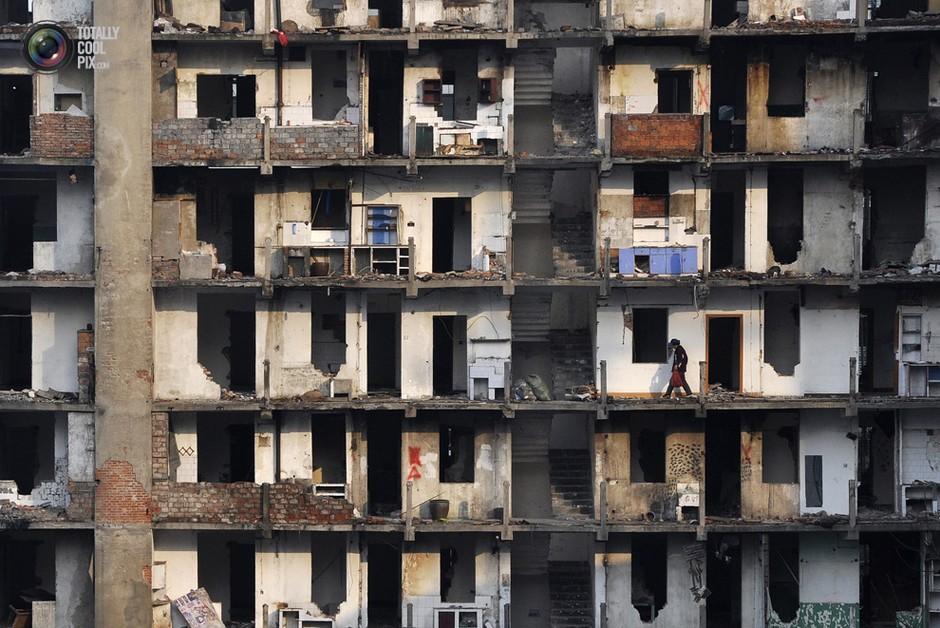 武汉,一名拾荒者在即将拆迁的楼房上穿梭- 深瞳渊源,品味经典!