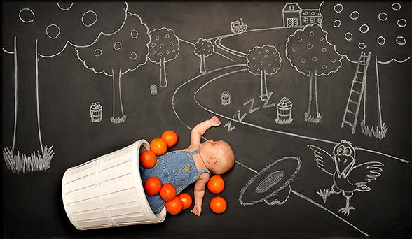 与所有的父母一样,这位名叫AnnaEftimie的年轻妈妈和她的丈夫,希望用与众不同的方式将自己的孩子介绍给亲朋好友。最后,他们选择了拍摄婴儿沙龙照的传统方式,然而,与其他父母不同的是,他们拍摄的这组婴儿沙龙照片,极具创意的同时,还让他们的宝贝在网上火了一把。   据悉,这一个可爱的孩子是这对夫妇的第二个小孩。由于孩子的祖父母以及这对夫妇的大多数好友都在欧洲居住,他们无法带着年幼的孩子远赴欧洲,最终想到拍摄一张有意思的宝贝沙龙照与远在家乡的亲