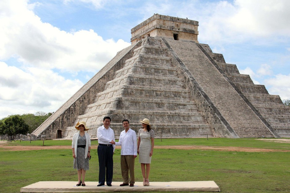 中国国家主席习近平6日结束访问墨西哥出发到美国之前,到了奇琴伊察游览了著名古迹玛雅金字塔。   奇琴伊察是古玛雅文化遗址,墨方6日安排习近平在访问的最后一天到来参观玛雅文明的最高成就玛雅金字塔。奇琴伊察古城建于西元七至十世纪,具玛雅文化特色,有金字塔神庙、柱厅殿堂等,以石雕刻装饰为主。习近平与夫人彭丽媛在墨西哥总统涅托夫妇的陪同下一起参观,习近平夫妇也入乡随俗,接受了为他们预备的洁净仪式。   一群玛雅小孩也为来宾唱歌庆祝,又表演