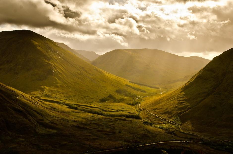 蘇格蘭高地崎嶇起伏的地形,雄偉壯美的自然風景可謂魁地奇比賽的絕佳