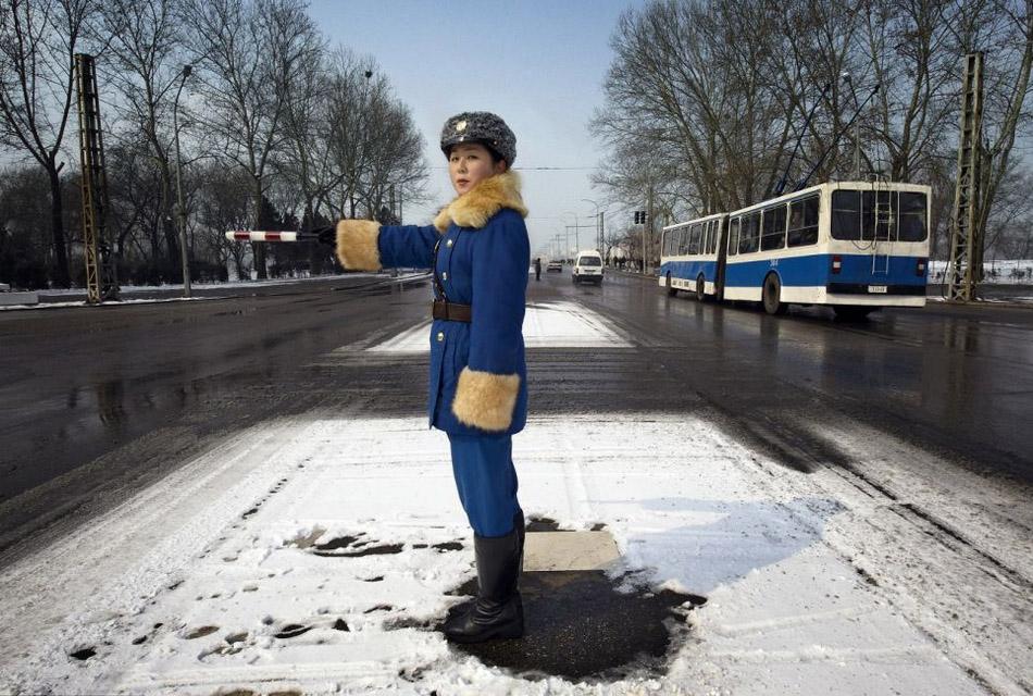 图为朝鲜一名身穿大皮毛制服的交警 在冰天雪