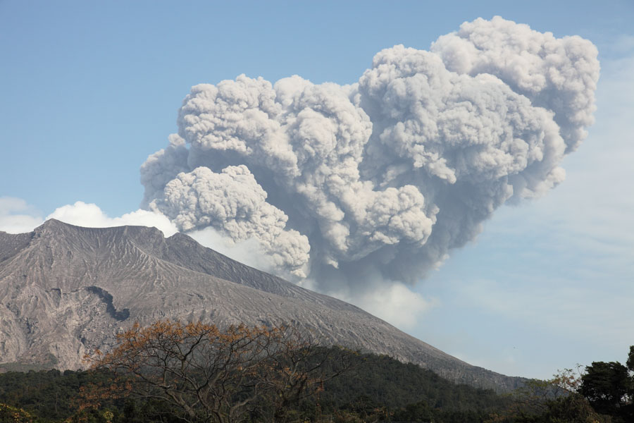 日本鹿儿岛火山爆发 火山灰覆盖市中心 组图