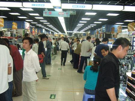 以前火爆的中关村电子市场场景。
