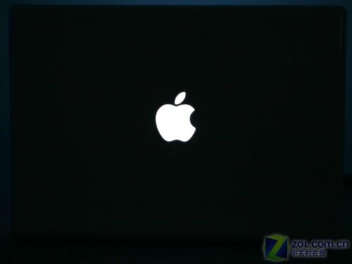 夜晚笔记本电脑的苹果logo发出白色的光