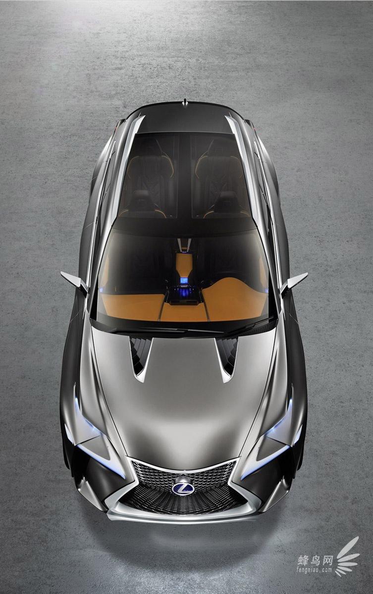 近日据外媒报道,雷克萨斯即将在法兰克福车展上发布一款棱角相当鲜明的LF-NX概念车,并以此来作为其新一代量产版紧凑型跨界车的前瞻。  超大进气隔栅,搭配钻石造型的网格,让车前脸看起来异常凶悍,犀利的前大灯造型内置了独立的日间行车灯,极具肌肉感的的侧裙让超大轮毂视觉效果更佳突出,尾灯采用了回飞镖的造型设计,底端一直延伸至后保险杠,给人以稳重之感。  图中的LF-NX概念车配以金属银车身涂装,带来强烈