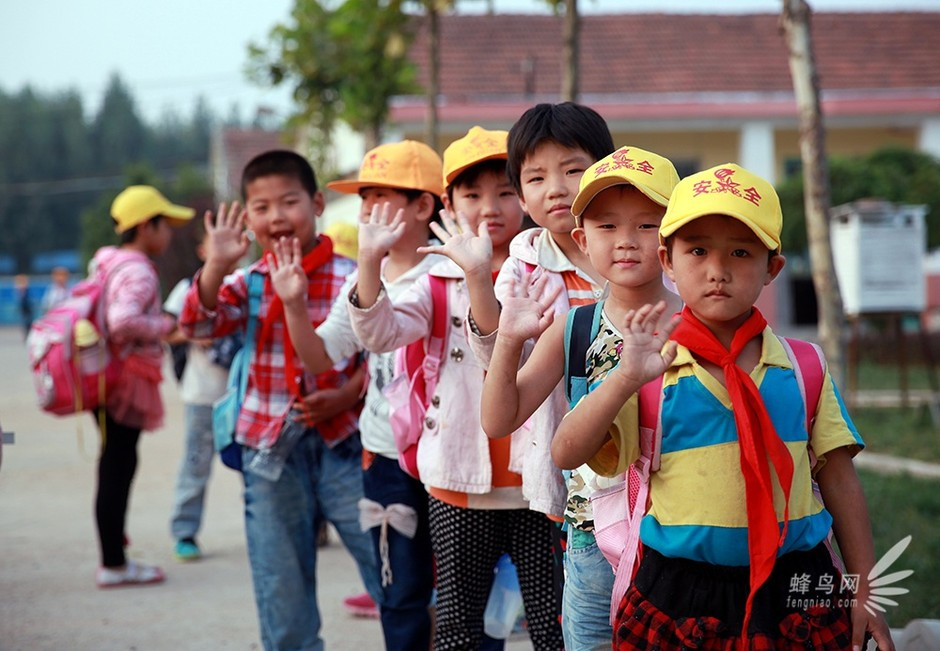 2013年9月11日,佳能影像之桥公益项目第一次来到青岛,为新学期伊始的青岛世原希望小学的孩子们架起了一座有趣的影像之桥,两位来自泰国的留学生志愿者亲自讲述了他们带来的照片中的东南亚的文化、风俗人情以及自然环境。听着志愿者声情并茂地讲解,教室中的孩子们被深深吸引着,充满好奇地交流着彼此的看法。   在这次别开生面的影像课堂上,希望小学的孩子学习使用佳能数码相机拍摄了自己喜欢的事物,随后用佳能照片打印机打印出来、制作成文化交流卡,送往亚洲其他国家传递