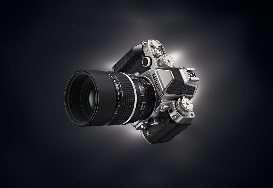 尼康Df是该品牌FX格式最小、最轻的数码单反相机新品,今日内一经发布便受到了广大读者们的关注。我们与大家分享来自官网高清大图,以便更好地了解它。 该产品支持黑白两色外观,机身外观充满了复古味道,看上去比较亮骚。机身上除了包含100%取景范围的五棱镜光学取景器外,还包含了一枚3.