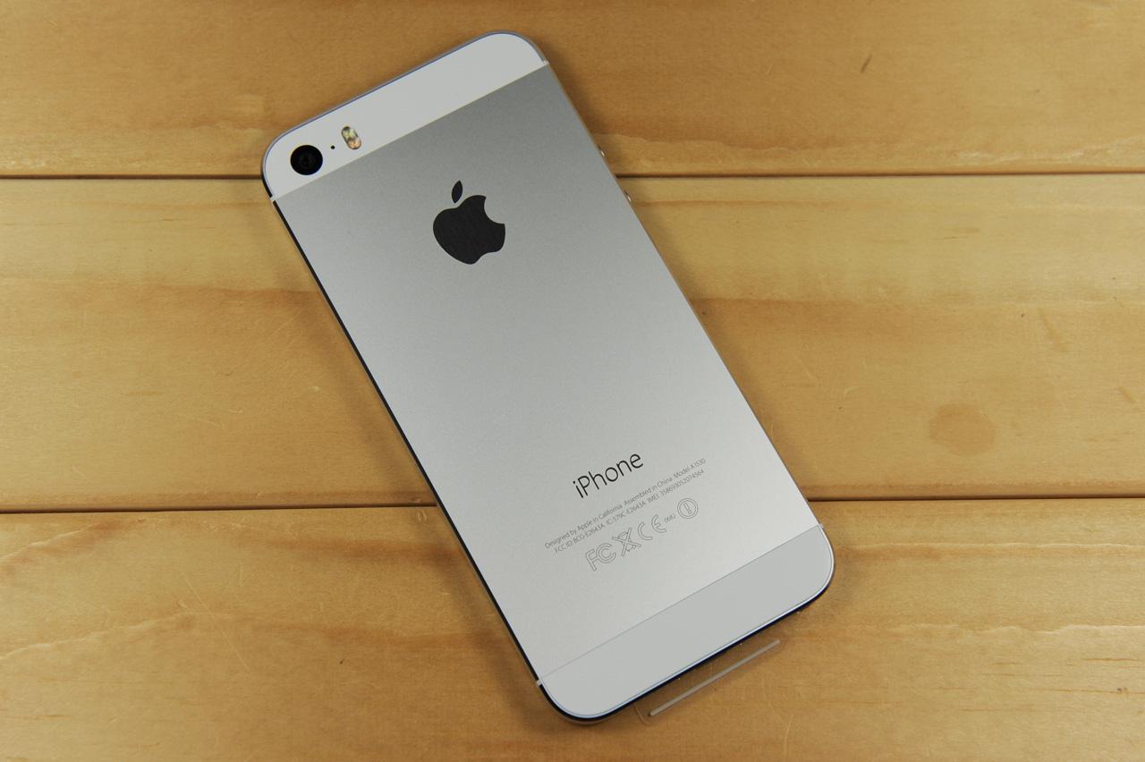 (中关村在线重庆行情)苹果iphone5s是一款简洁高端的时尚智能强机,永不垂败的经典机型更是十分引人注目,依旧完美如初的设计表现也绝对值得信赖,绝对值得入手。目前该款手机在商家万仟通讯(可送货、刷卡)处售价为3599元(三网通),喜欢的朋友不妨直接与商家联系一下吧!  苹果iphone5s   苹果iPhone5S延续了iPhone5的经典设计,但为了形成差异化,其Home键也采用了蓝宝石制成。另外新增加了金色版本,同时还提供了深空灰色以及银色版本机身尺寸方面,iPhone5S为123.