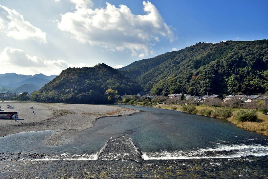 11月上旬,尼康邀请中国影像媒体前往日本福冈和广岛进行D5300试拍体验,在试拍第一日的上午我们试拍了门司港怀旧地区,中午体验了河豚料理,下午去了秋吉台和秋芳洞。第二天一早,我们启程前往的目的地是锦带桥。锦带桥是日本三大名桥之一,是一座采用传统的木工工艺的五拱桥。历史上因锦川河宽约200米,且河水高涨时水流湍急,桥梁经常被冲毁,而第三代藩主吉川广嘉希望建一座不会被冲毁的桥,屡次尝试仍不得所愿,直到受到当时《西湖游览志》的启发,建造了木结构的五拱桥锦带桥。   行走在锦带桥上,桥面非常宽且很扎实,以木制