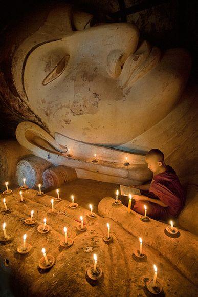 老和尚念经的歇后语_缅甸蒲甘的小和尚,在佛前念经的小和尚,旁边全