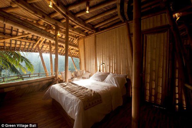 这间酒店位于巴厘思邦丛林中,被称作绿色村庄(The Green Village),阿育河从旁边流过。酒店由18个房间组成,所有的房间都是使用当地可再生的竹子做成,旋转楼梯、桥梁、倾斜的屋顶。房间看起来朴素而奢华。