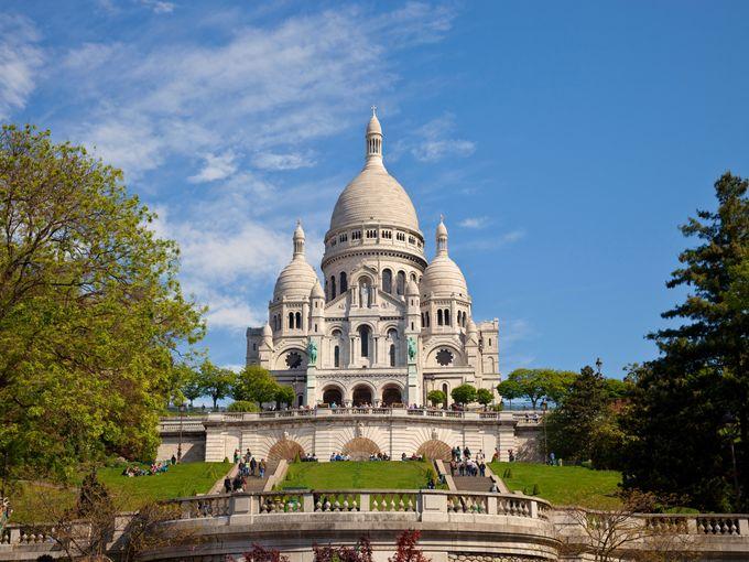其洁白的圆顶呈典型的拜占庭式建筑风格