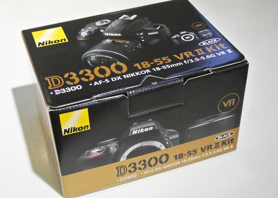 尼康D3300是N家最新銳的入門級DSLR,也是目前比較受關注的入門機型。日本媒體最近針對它拍攝了該國版本的開箱圖,讓我們能從另外一面了解這款新品。 這款產品與之前的D3200數碼單反相比,三維尺寸小30%、輕25%,而且搭配新的18-55mm F3.5-5.6 VR II鏡頭之后,整體體積進一步縮小,絕對屬于輕便類型。