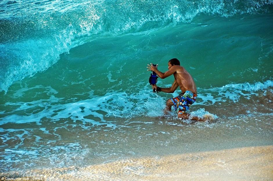 美摄影师水中冒死抢拍世界最大海浪 组图