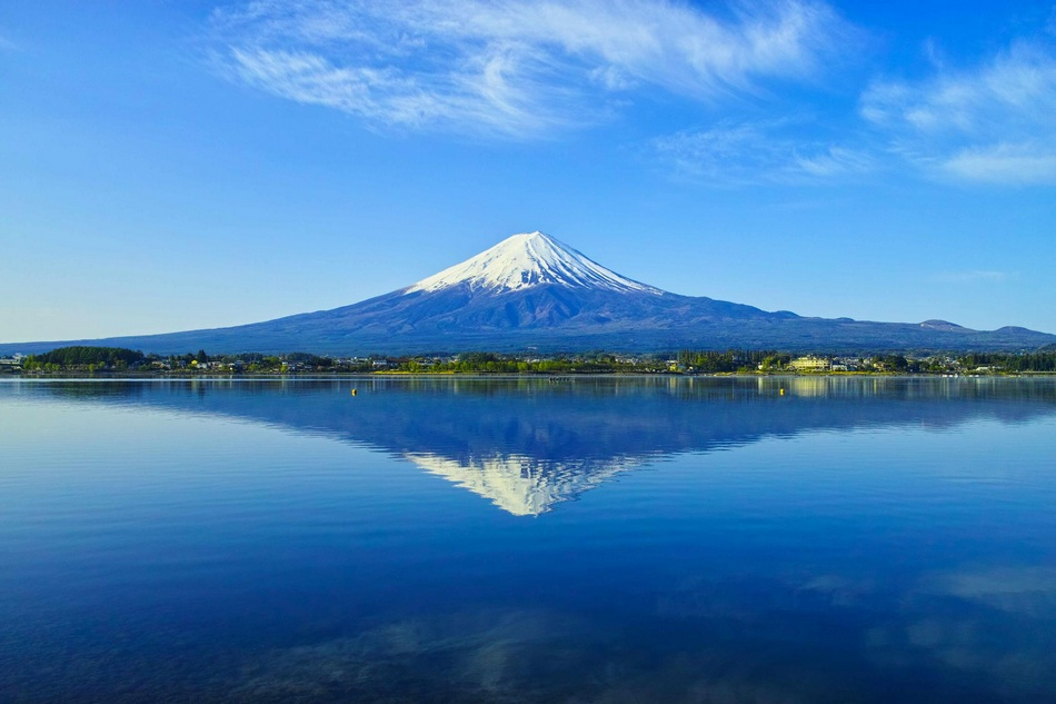 由于富士山整体呈椭圆形,所以在地面上从各个角度来看都是完美的椎体