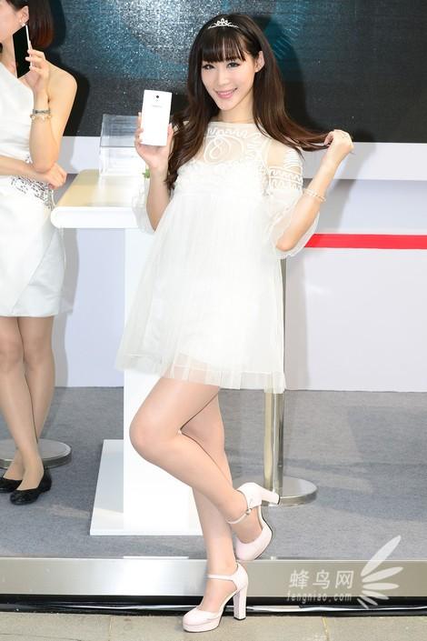 本次oppo展台的模特主打青春可爱风,迎合了其产品的气