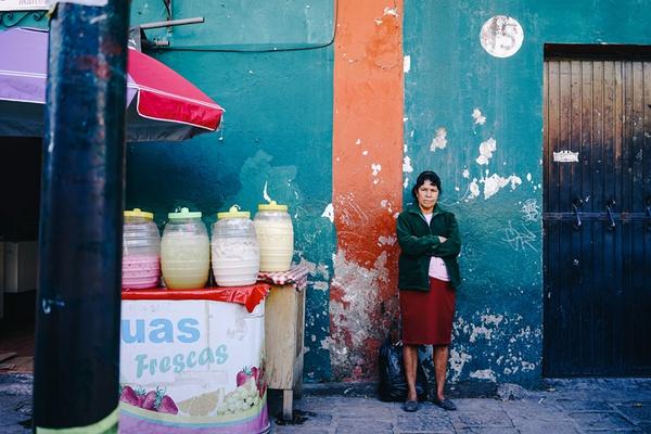 对于墨西哥的向往由来已久,小的时候无论是游戏,动画还是电影,都一直对那个满是仙人掌,毒贩横行,到处是彩色骷髅的神秘国家充满了好奇。由于高中学了平面设计,也对墨西哥玛雅文明的图腾纹案疯狂痴迷。当到达墨西哥,你才会发现墨西哥的神奇,这里是玛雅文化的诞生地,佛里达的故乡,墨西哥摔角迷的圣地,除此之外还有诡异的娃娃岛,国家人类学博物馆,Ciudadela Artesanas大市场,惊喜分分秒秒都在发生,到处散发激情狂野的迷人魅力,让你不得不去爱上它。相关阅读: