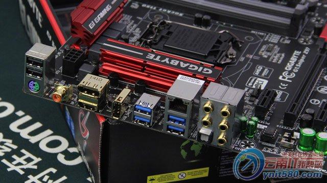 技嘉G1.Sniper Z97 接口部分   技嘉G1.Sniper Z97接口部分,主板拥有1个PS/2键鼠通用接口,2个USB2.0接口,4个USB3.0高速接口,1个RJ45网线接口,1组高清视频输出接口(HDMI、DP),1个光纤音频接口,1个同轴音频接口,1个魔音USB接口,1组多声道模拟音频接口。我们可以看到,在视频音频接口部分都做了镀金处理,从而保证数据输出的最大还原度。 技嘉G1.