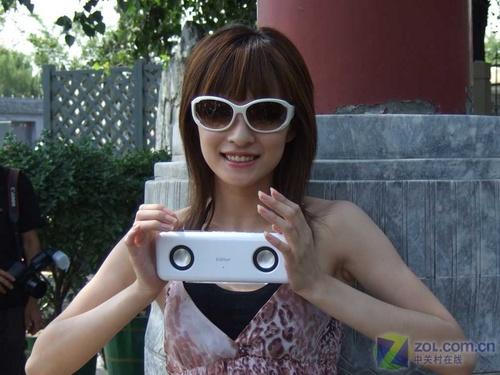 组图:摄影模特手持漫步者m11便携式音箱