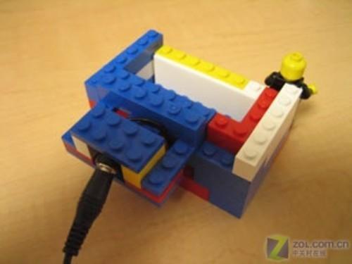 图为乐高积木搭建的手机座