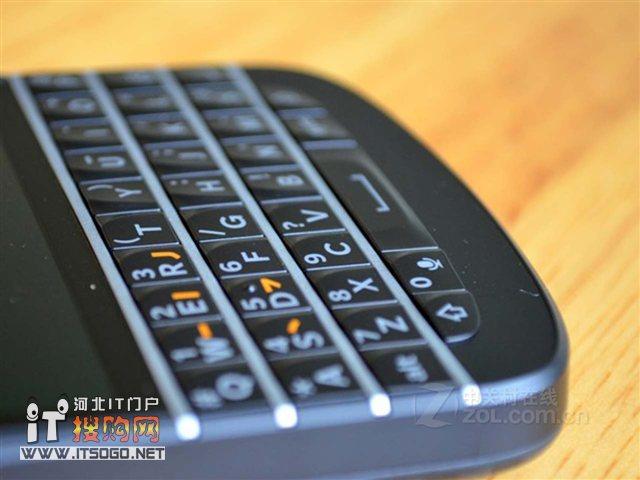 黑莓 q10外观上与之前的黑莓9900很感觉很相似,不过q10在屏幕
