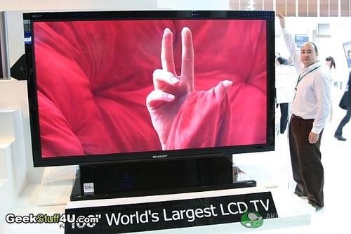 夏普推出的世界最大108英寸液晶电视 这款世界最大的108英寸AQUOS液晶电视使用夏普龟山二厂第8代线生产的超高清ASV液晶屏(母板厚度只有0.7毫米,表面光滑是一般玻璃的2000倍),宽2.386米、高1.344米,具有207万像素,对比度1000000:1,响应时间为4ms,刷新频率为120Hz。此前夏普公布的这款108英寸液晶电视的报价为9万美元,将于2008年1月在全球同步上市(包括中国内地)。