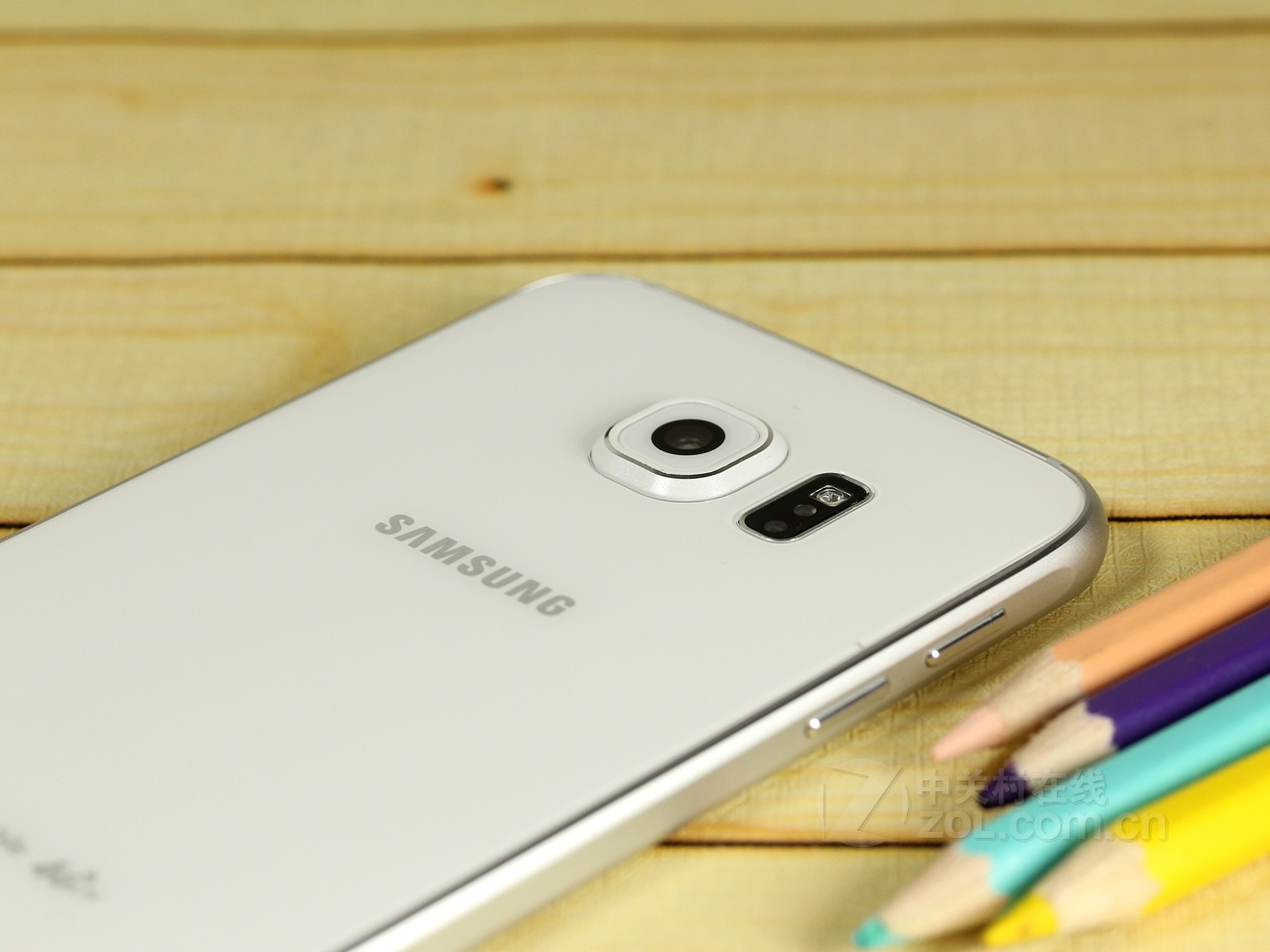 (中关村在线重庆行情)三星 GALAXY S6手机在外观方面设计非常时尚,拥有出众的性能,功能更丰富,设计精致时尚。目前该款三星 GALAXY S6手机在商家校园数码(可按揭)处首付仅1200元,月供309元,支持零首付。  三星 GALAXY S6   三星 GALAXY S6将分辨率提升至了2K级别,前置摄像头提升至500万并且后置摄像头加入相机防抖,光圈增大,以及相对应的1600万像素后置摄像头,处理器也换成了自己64位的猎户座7420,内存由2GB提高至旗舰机该有的3GB并加入了无线充电功能。