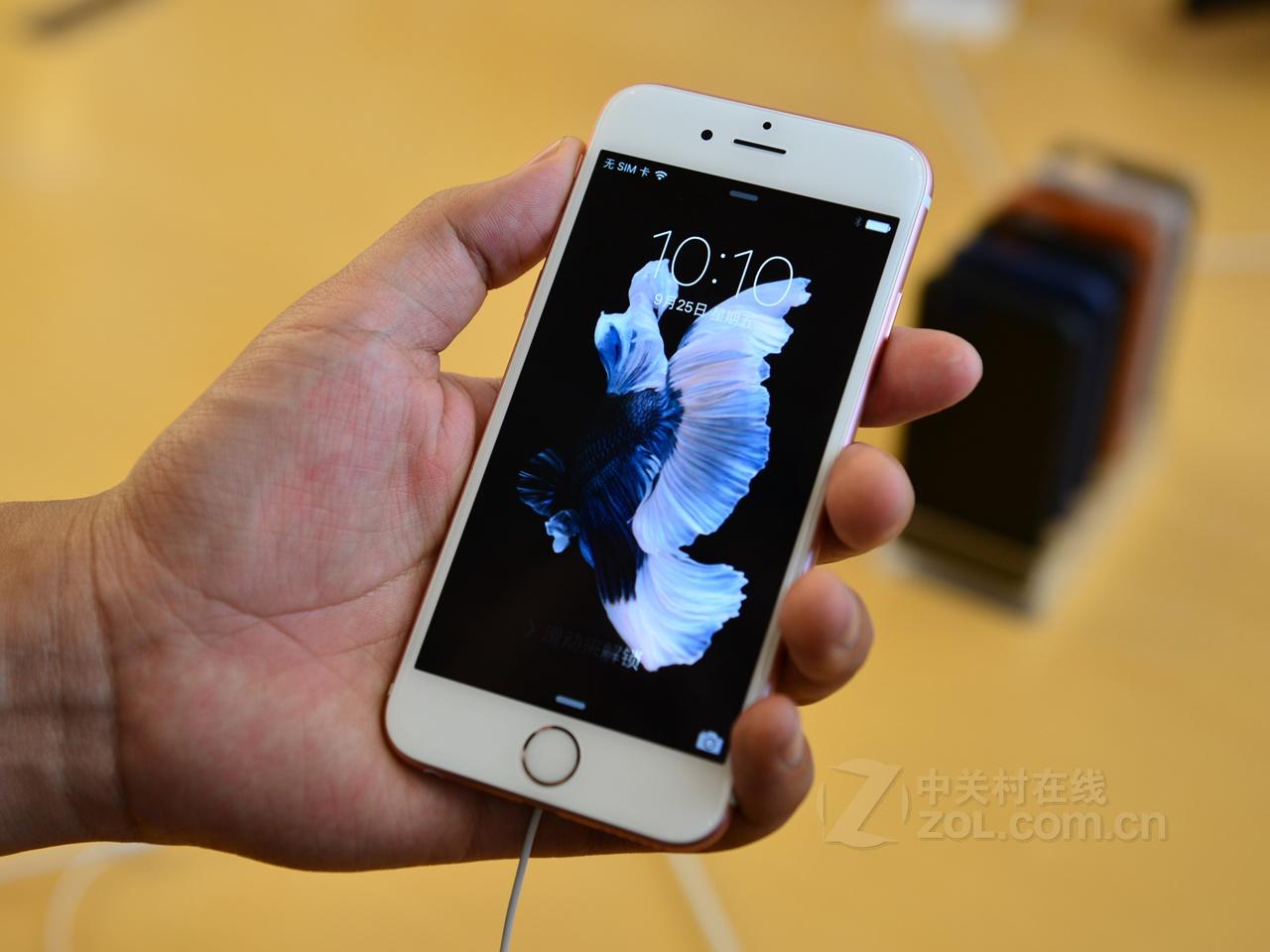 (中关村在线重庆行情)苹果公司正式推出全新苹果iPhone6S和iPhone6S Plus,新款机型延续了老款机型机身设计,屏幕分别为4.7英寸以及5.5英寸,分辨率维持原水平,此次在原有三款配色的基础上增加了玫瑰金配色版,采用了强度更高的7000系列铝合金,此次最为人瞩目的是新机搭配了采用3DTouch技术的触控屏,称上手机史上又一次革命性升级。近日,该手机在中关村在线认证经销商重庆麦兜数码可分期处热卖中,首付最低666、月供最低 288。喜欢的朋友赶紧电话吧!  苹果 iPhone 6S   苹