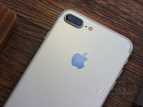 图为:苹果iPhone 7 Plus(全网通) 此外,在硬件配置方面,iPhone 7/7 Plus分别采用了4.7英寸/5.5英寸屏幕,分辨率相比苹果iPhone 6/6 Plus没有变化,在处理器上苹果iPhone 7/7 Plus采用A10处理器,性能比前代提升显著,并推出了32GB、128GB和256GB三个版本,而苹果iPhone 6/6 Plus的内存为16GB、64GB和128GB三个版本,两者相比较苹果iPhone 7/7 Plus在内存上也作出了巨大的提升。其中iPhone 7 Plu