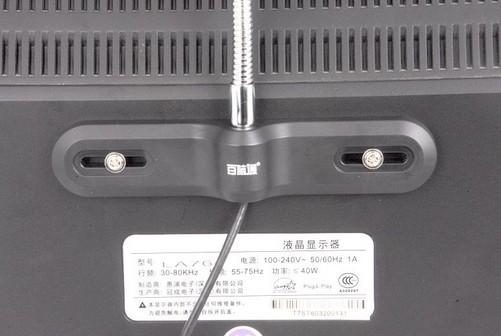 黄金搭档百脑通D500防盗版与液晶显示器 摄像头与液晶显示器用螺丝结合后很难徒手分开,若是用专用螺丝更是加大了摄像头的安全系数,对于像网吧这样环境复杂的场所是说,网吧防盗3代液晶背锁式结构的面市,无疑是个大好消息。 在将百脑通D500防盗版锁定于液晶显示器的情况下,用户仍可因为人体工学钛金软管的特性自由调整摄像头的视觉角度,同时也免除网吧业主对于摄像头易被盗易损的心头之痛。百脑通D500防盗版摄像头主体其主体部分很具特色:正面部分设置了一道透明玻璃罩,且经硬化工艺处理,具有一定的视觉冲击力,它